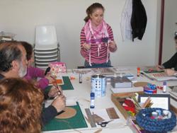 Terapeuta ocupacional con los alumnos en el taller de scrapbooking en el Hospital Civil